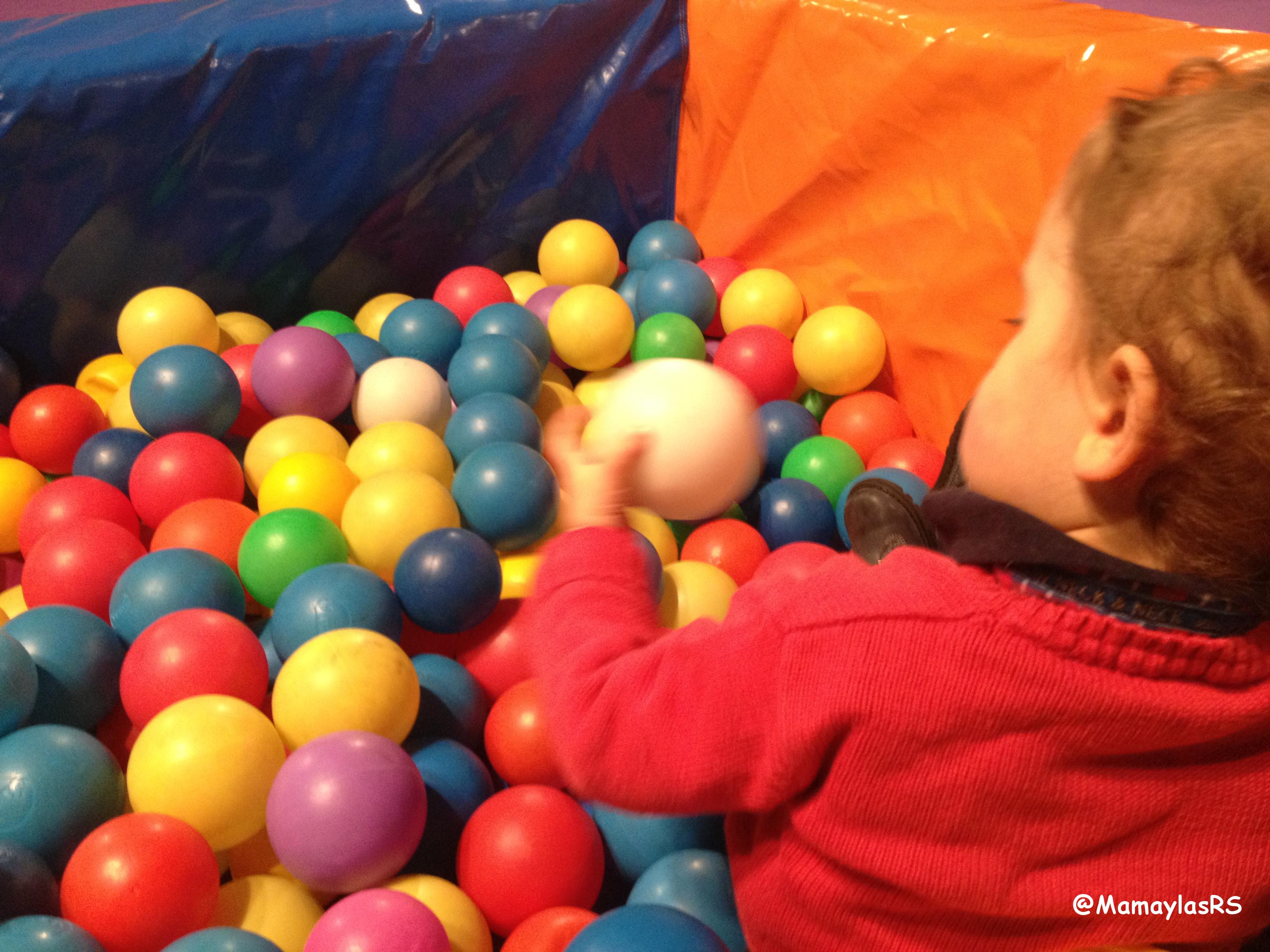 Disfrutando en la piscina de bolas